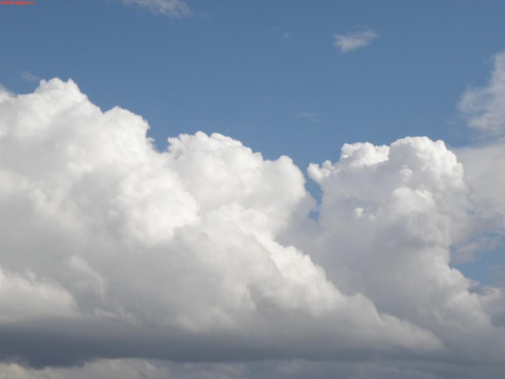 много белых облаков