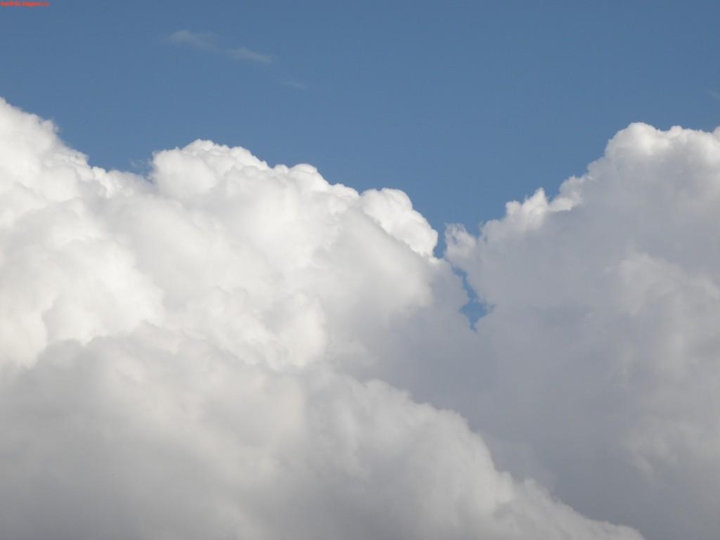 в белых облаках